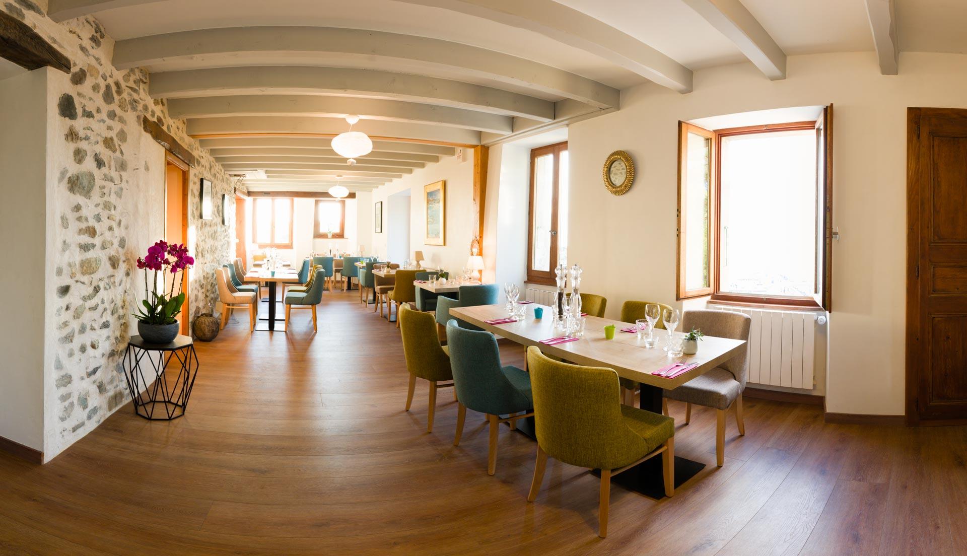 Intérieur du restaurant Le Passe Franc à Yvoire