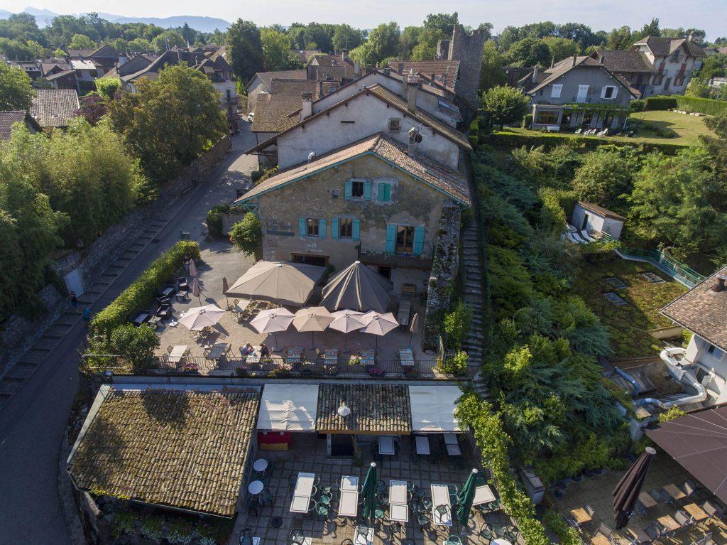 Vue aérienne du restaurant Le Passe Franc à Yvoire